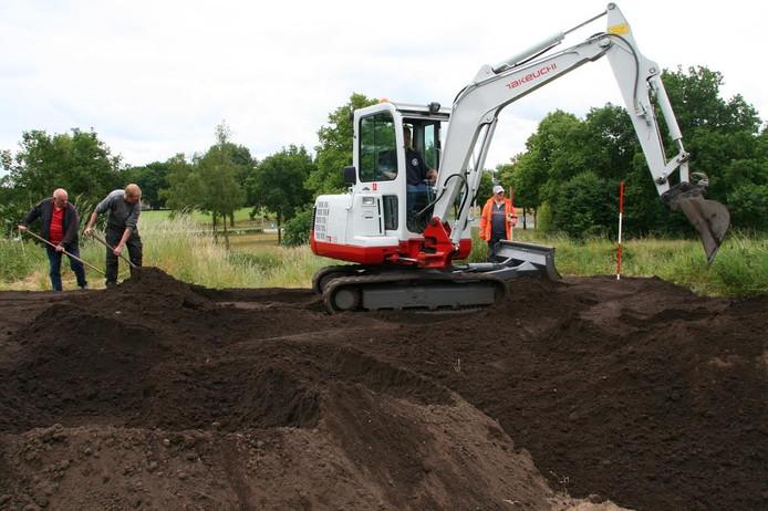 Werkzaamheden bij de aanleg van de kloostertuin in Sibculo.