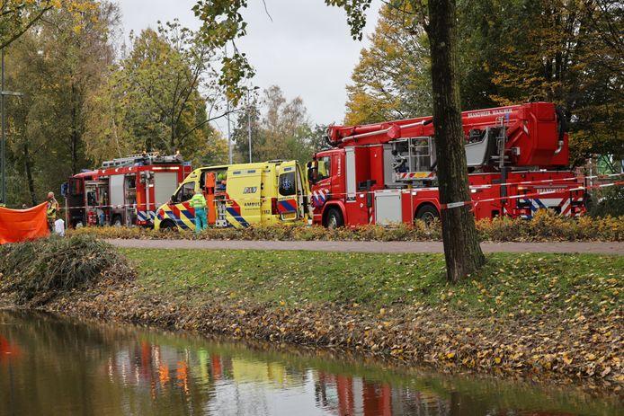 Verschillende hulpdiensten bij de Bachlaan in Waalwijk, waar een overleden persoon in het water is gevonden.