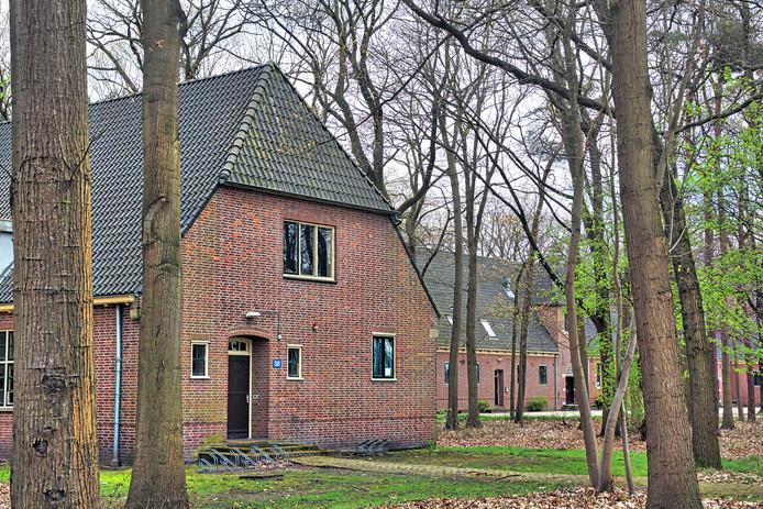 AZC Prinsenbosch wordt toch geen aanmeldcentrum, maar wel 1 van de 3 grote centra waar asielzoekers zich melden na aanmelding in Ter Apel. Hier een deel van het complex gezien van de doorgaande weg.