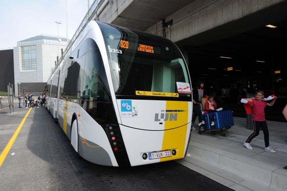 De eerste trambus in België reed dinsdagmiddag een proefrit op Brussels Airport.