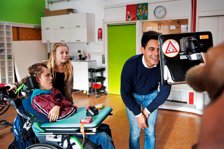 Van links naar rechts: Salvador en Dewi hebben D66'er Rob Jetten op bezoek bij Klas op Wielen, een opvang voor meervoudig gehandicapte kinderen.