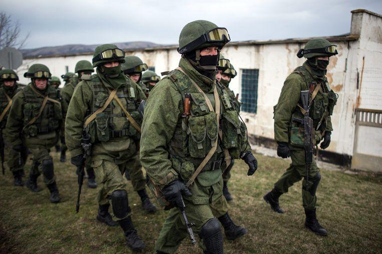 Russische militairen zonder insignes omsingelen begin maart 2014 een Oekraïense militaire basis op de Krim om te voorkomen dat de Oekraïense militairen zich kunnen verzetten tegen de overname van het schiereiland door Rusland. Beeld EPA