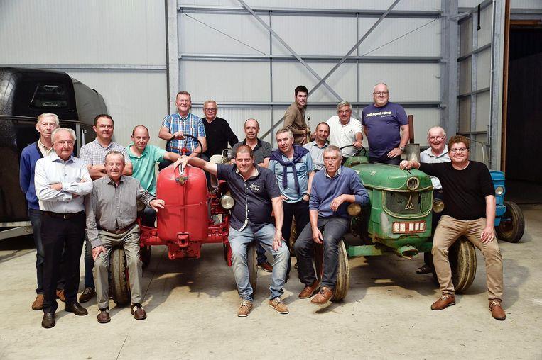 De organisatoren van de Landelijke Gilde bij oude tractoren.