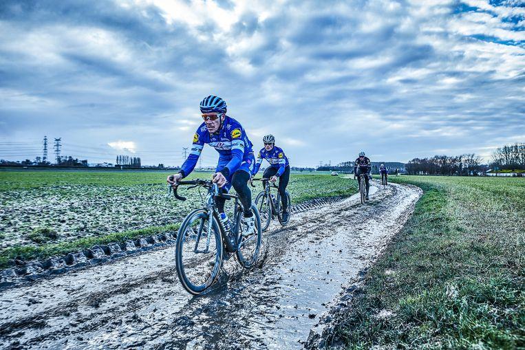 """Gilbert, Lampaert, Stybar en Declercq verkennen eind januari de kinderkopjes van Parijs-Roubaix. """"Het was ijskoud, maar toch hebben ze alle kasseistroken gedaan"""", zegt Eggers. """"Op zo'n moment besef je pas hoeveel toewijding en gedrevenheid die mannen hebben. Niks wordt aan het toeval overgelaten."""""""