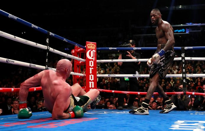 Tyson Fury gaat naar de grond in de negende ronde tijdens WBC bokskampioenschap.