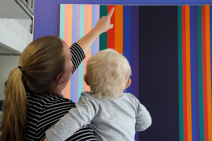 Ouders leren tijdens de tour hoe ze met jonge kinderen naar kunst kunnen kijken.
