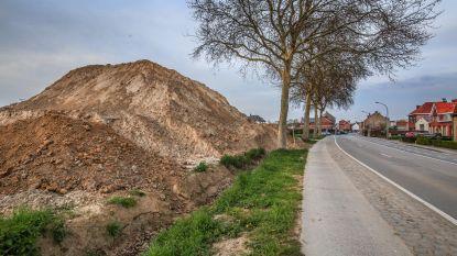 Grote berg aarde naast Wervikstraat doet  stof opwaaien: letterlijk en figuurlijk