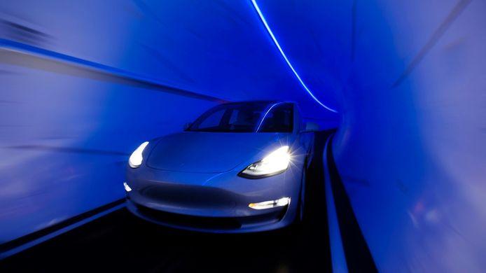Een Tesla Model 3 in een tunnelbuis van The Boring Company.