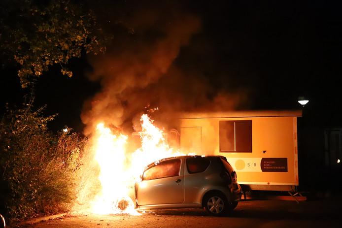 De auto die geparkeerd stond op de de Antoon Coolenstraat in Tiel ging in vlammen op.