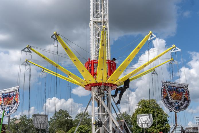 Laatste werkzaamheden aan de hoge zweefmolen die op het Rodetorenplein staat.