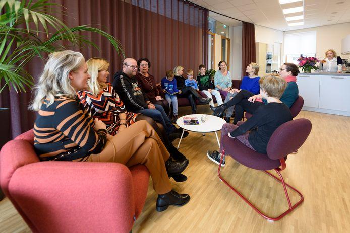 Tweewekelijkse kindergroep met ouders en vrijwilligers in het nieuwe Inloophuis De Eik.