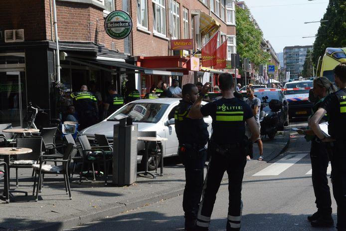 Een auto belandde op een terras aan de Dierenselaan.