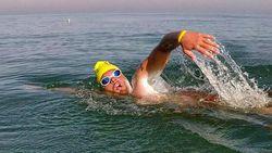 Brugse redder zwemt het Kanaal over in 'amper' 12 uur en 47 minuten