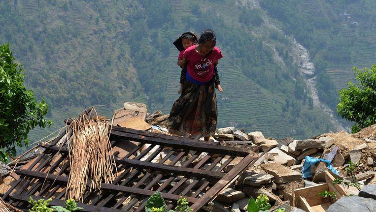 Een Nepalese vrouw en haar kind in het dorp Ebi, op ongeveer 60 kilometer van Kathmandu. Beeld afp