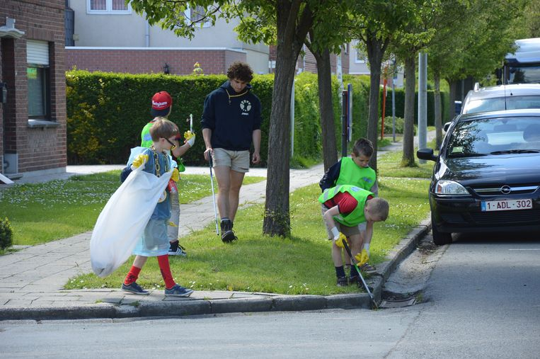 De kinderen ruimen zwerfvuil in de Ninoofse straten.