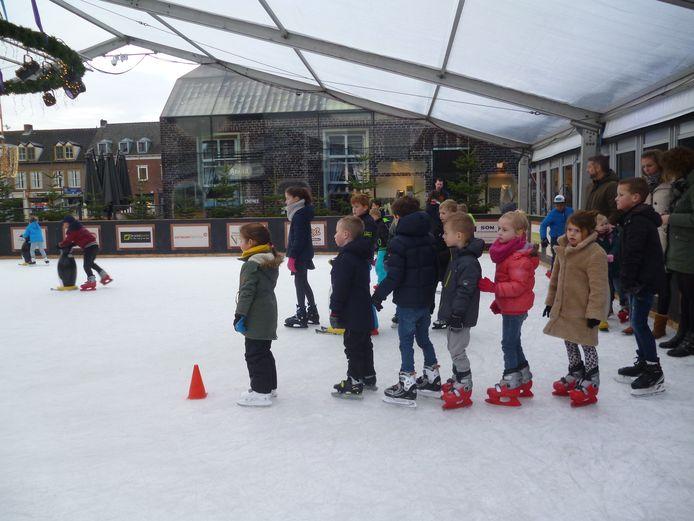 Kinderen op de schaatsbaan in Schijndel.