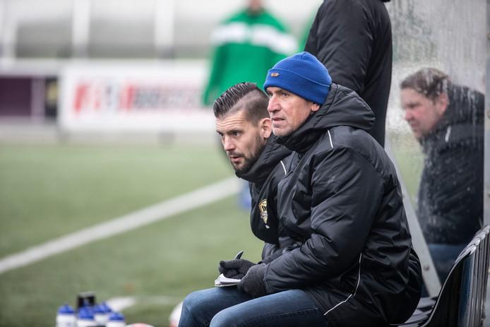 Martijn Beltman (links) volgt John Gielink (rechts) na dit seizoen op als hoofdtrainer bij FC Winterswijk.