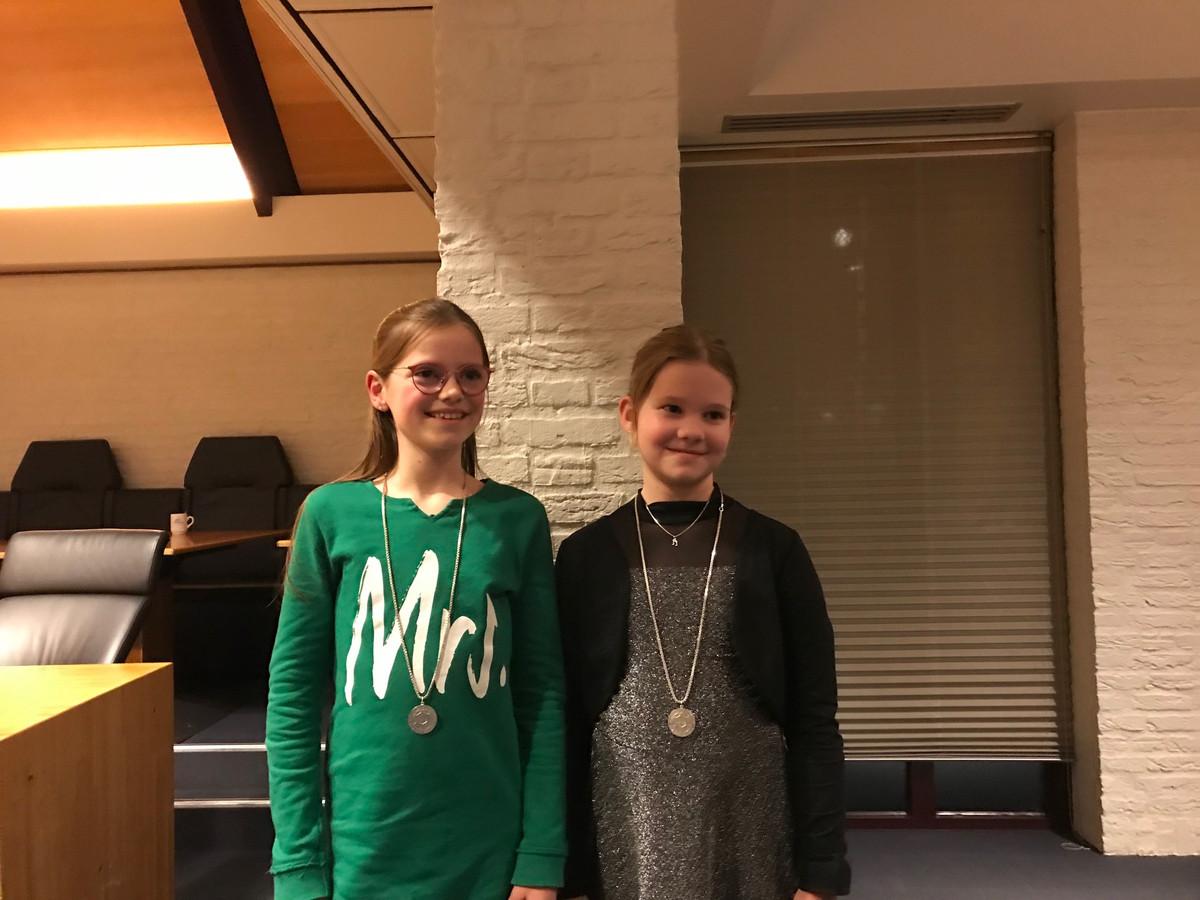 De nieuwe jeugdburgemeesters Isis van de Water en Lisa van Hulten.