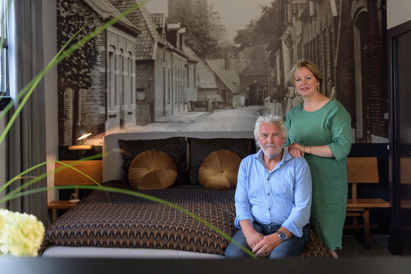 Henk Slagman en Monique Meijer bij het bed in hun gastenverblijf.