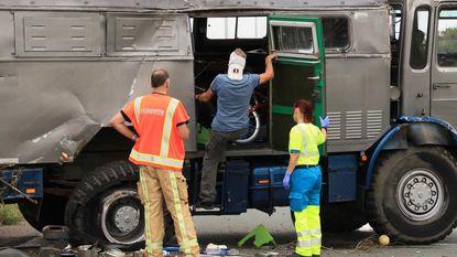 Kampeerwagen kantelt na klapband op E34