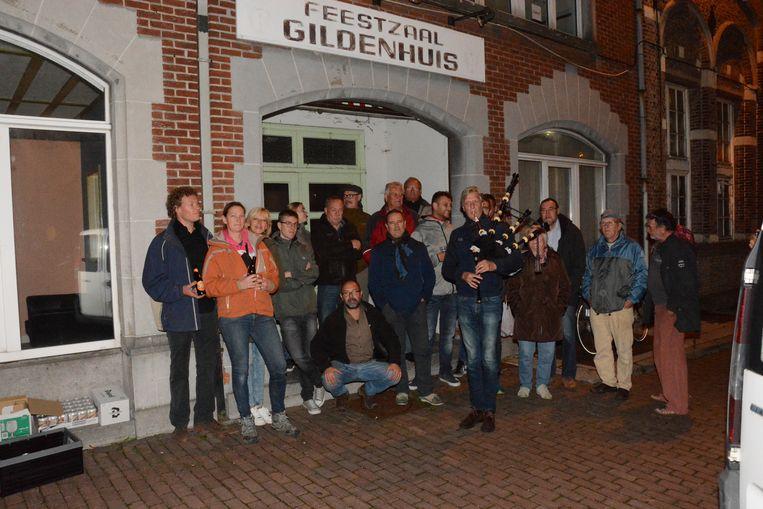 De vroegere stamgasten verzamelden voor de deur van 't Gildenhuis voor een intiem protestmoment.