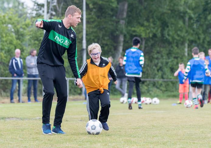 Sem van Gessel (10) had zaterdag veel plezier tijdens een clinic van het G-voetbal in Heinkenszand.