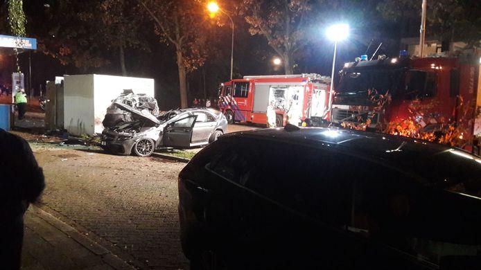 De ravage bij het tankstation aan de Arnhemseweg in Apeldoorn, waar een auto inreed op een geparkeerd voertuig.
