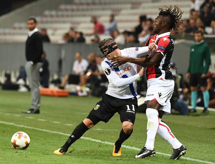 Bryan Linssen duelleert, met een beschermend masker op, in de Europa League met Allan Saint-Maximin van OGC Nice.