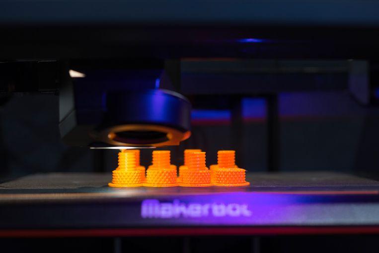 3D-onderdelen voor auto's worden nu al volop gemaakt, zoals hier op een autoshow in Frankfurt. Beeld Hollandse Hoogte / Laif