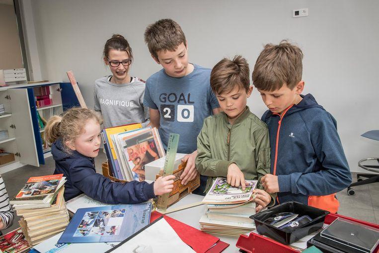 Enkele leerlingen kwamen tijdens de vakantie meehelpen om de spullen te verhuizen.
