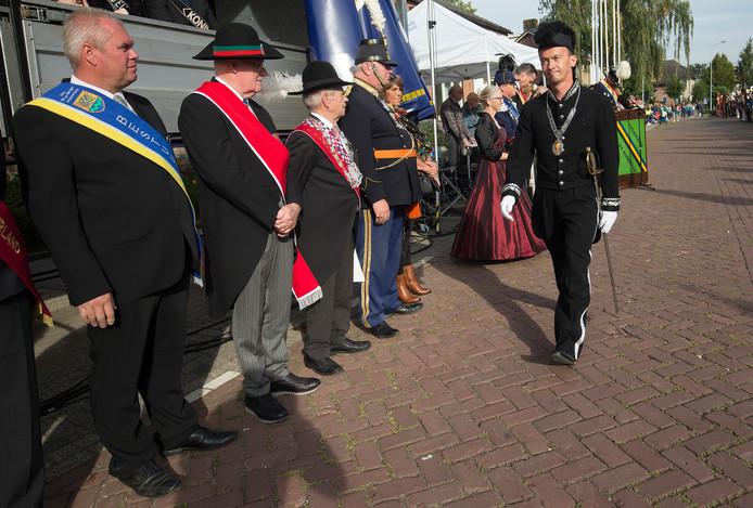 Burgemeester Van Riswijk van Zevenaar tijdens de inspectie.