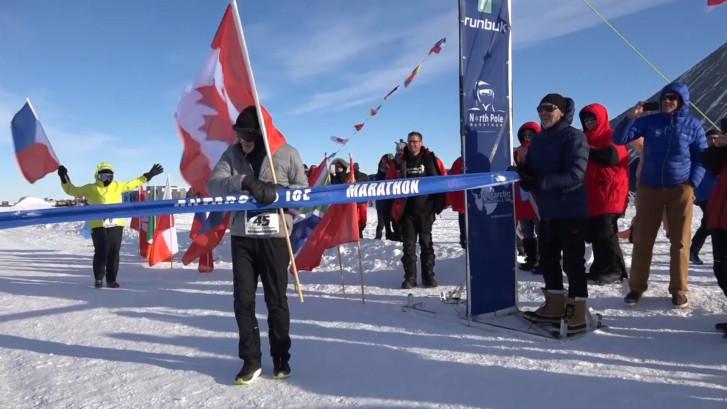 84-jarige Canadees breekt record bij ijsmarathon Antarctica