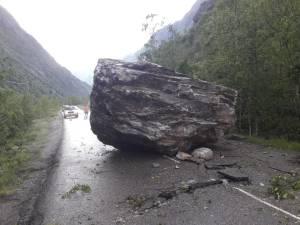 Un rocher de 50 tonnes se détache et s'écrase sur une route des Alpes
