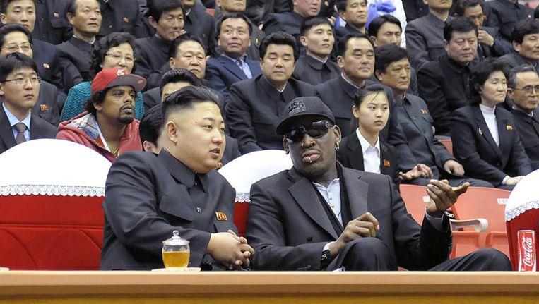 Kim Jong-un en Dennis Rodman bij een basketbalwedstrijd in Pyongyang. Beeld AFP