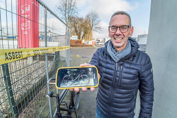 Dirk Houweling raakte bij de brand zijn racefiets met carbonframe kwijt, maar ook t-shirts uit de jaren 80. Hij kwam donderdagmiddag een kijkje nemen bij het puinruimen aan de Industrieweg.