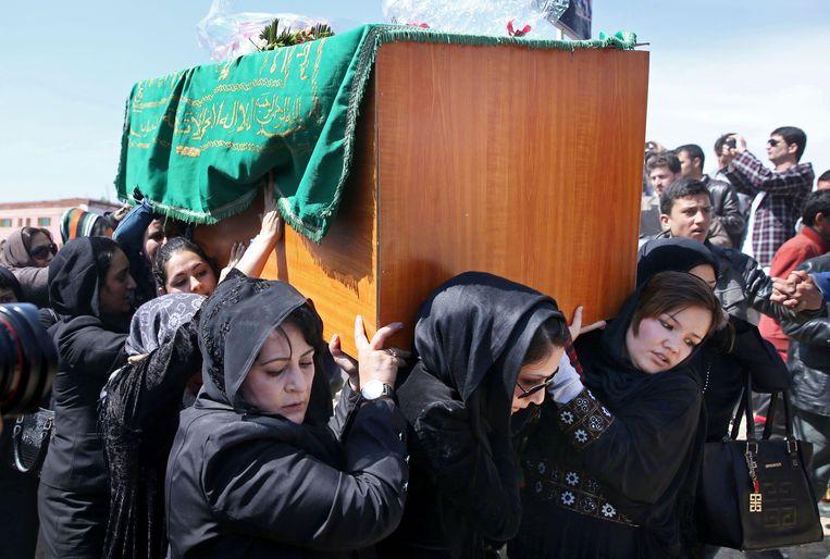 Vrouwen dragen de kist van Farkhunda tijdens de begrafenis in Kaboel.