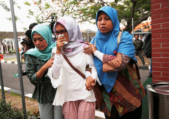 Familieleden van inzittenden van het neergestorte toestel op weg naar het vliegveld van Jakarta