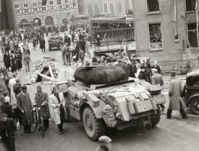 Canadese pantservoertuigen in het Almelose centrum, kort na de bevrijding.