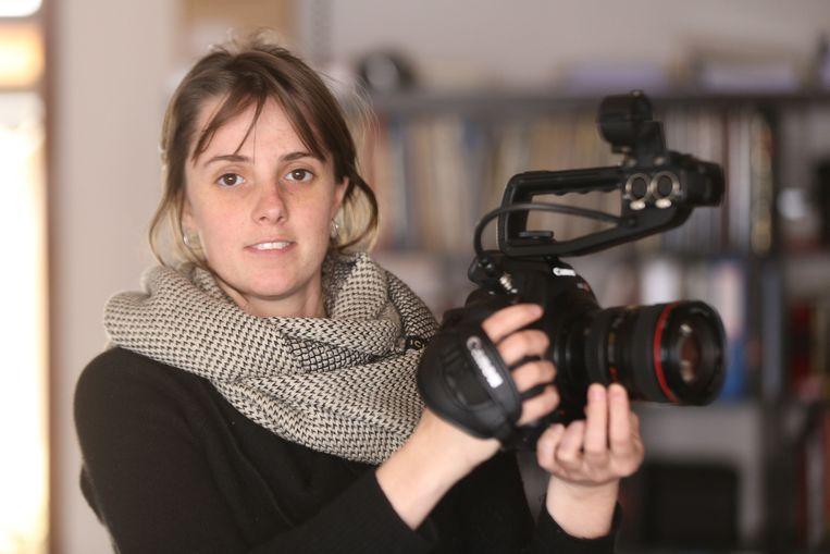 Lisa Tahon met haar camera. Zij maakte een documentaire over rituelen bij vluchtelingen en Westerlingen.