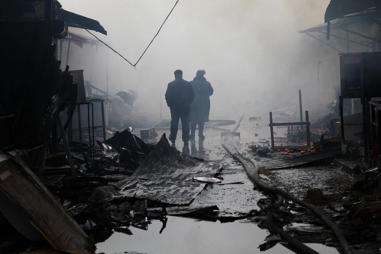 De verkoolde resten van een markt bij het gebouw van een uitgeverij in Grozny dat is aangevallen door zwaar bewapende rebellen. Bij de aanval en het vuurgevecht met de politie dat erop volgde vielen in december 2014  tientallen doden.   Beeld AFP