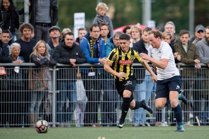 Milot Rashica in duel met AVV Swift-speler Nik Gabel.