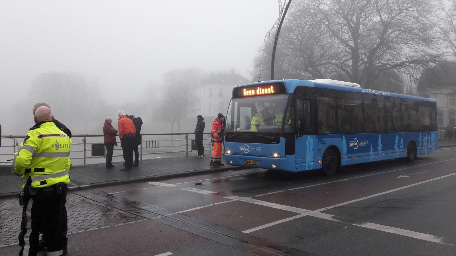 Evacués worden in deze stadsbus opgevangen. Zij worden voorzien van wat eten en drinken.