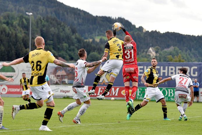 Vitesse-verdediger Maikel van der Werff probeert de bal achter de doelman van Wolfsberger AC te koppen.