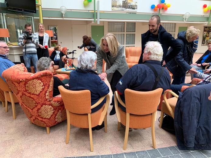 SP-leider Lilian Marijnissen in gesprek met bewoners van de Bloesemhof in Montfoort.