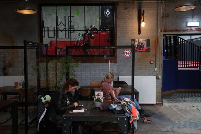 De jeugd vermaakt zich binnen bij We-jump in Helmond, moeders doden de wachttijd met hun mobiel