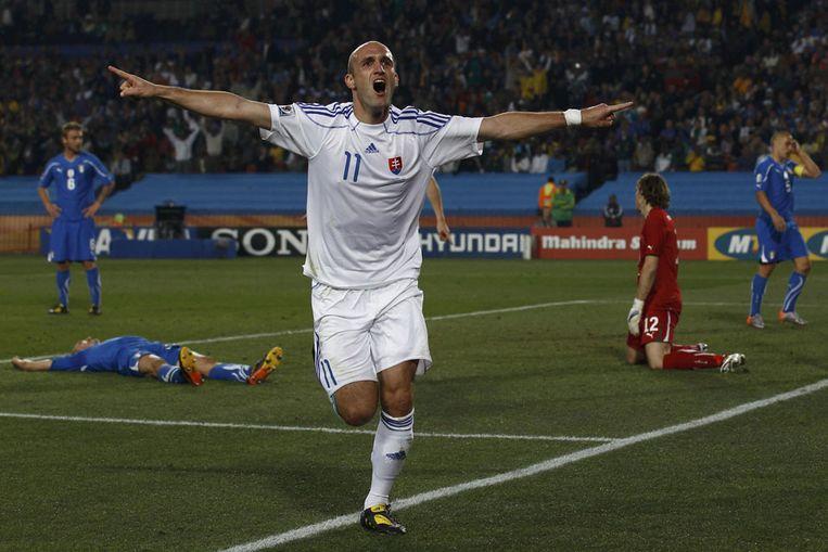 Robert Vittek van Slowakije viert zijn tweede doelpunt. (Reuters) Beeld