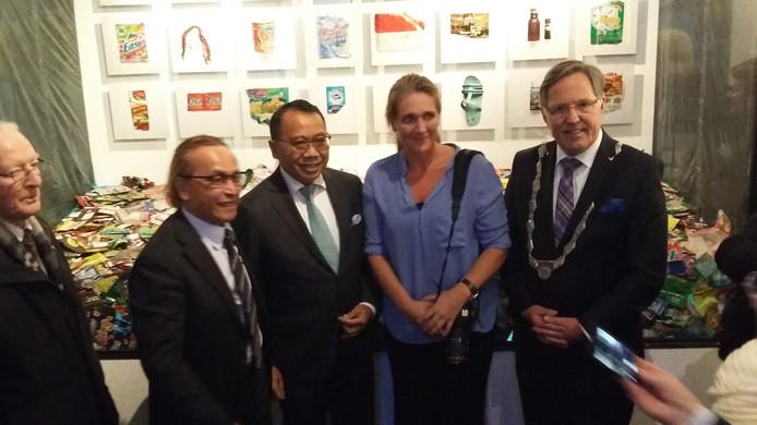 Zilveren Camerawinnares Cynthia Boll met Indonesische ambassadeur (links van haar) en burgemeester Gerard Rabelink (rechts).
