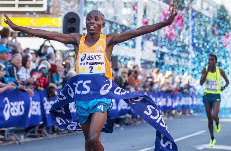 De Keniaanse atleet John Mwangangi komt als eerste over de finish van de 30e editie van de Dam tot Damloop. Beeld anp