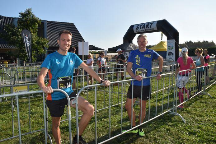 Voor de start van de Smokkelaarstrail Bas van Gestel (l) en Marcel Scherrenburg van AV Atilla.