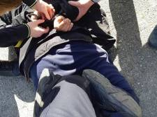 Voorbijganger helpt politie drugsdealer te arresteren